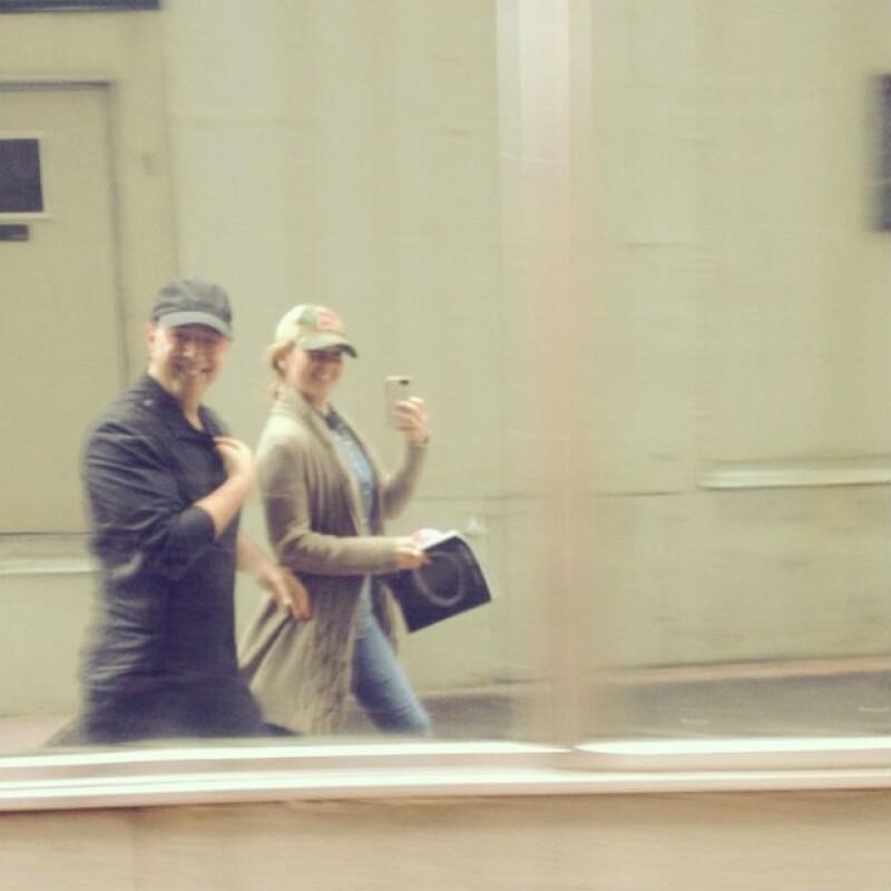Con tal de no perder la puntualidad, Thalía y Tommy decidieron caminar a su destino por las calles de Nueva York.