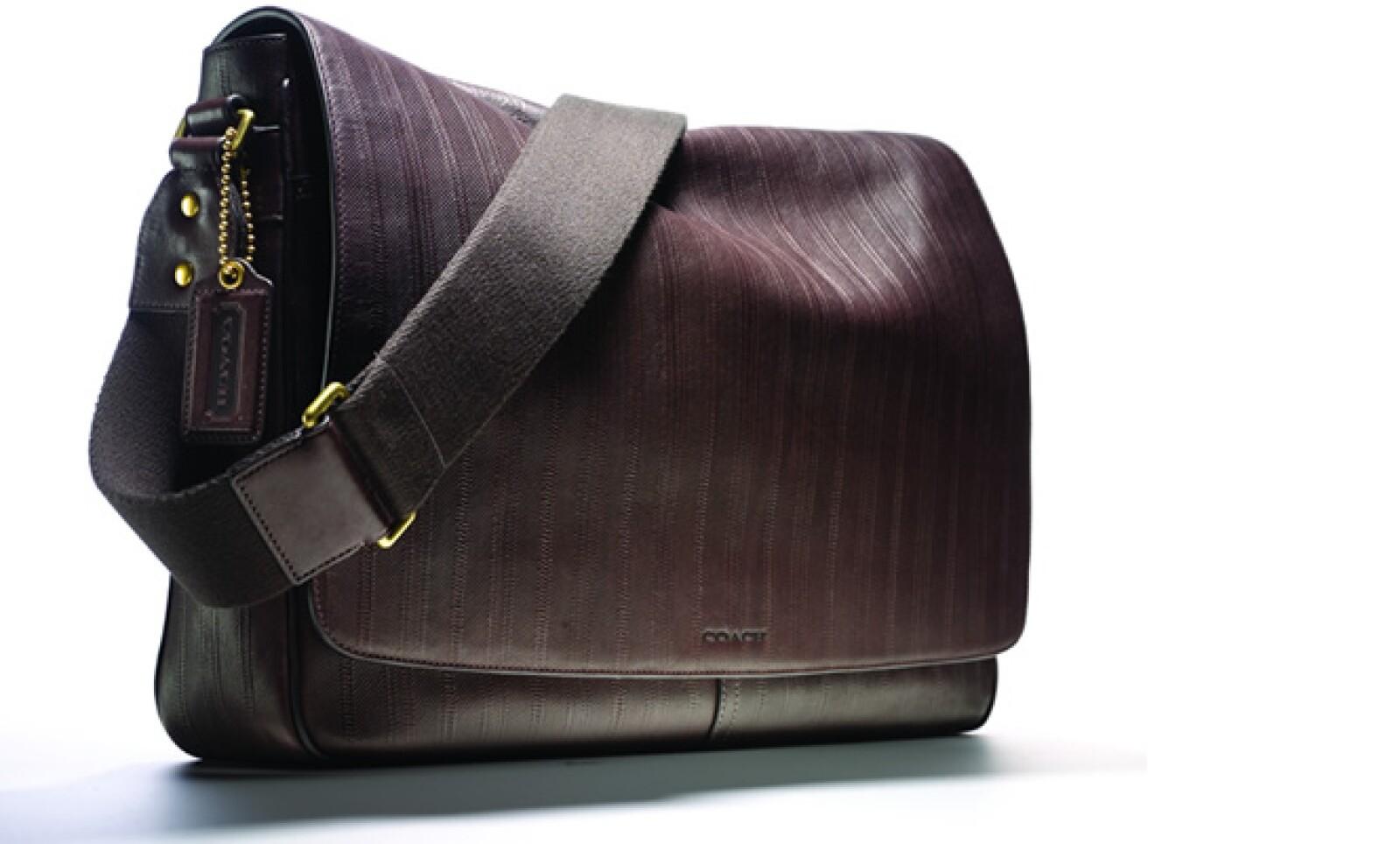 Para hombres, la marca diseñó la Bleecker Ticking Stripe Courier, que presenta herrajes minimalistas de latón antiguo en siluetas relajadas.