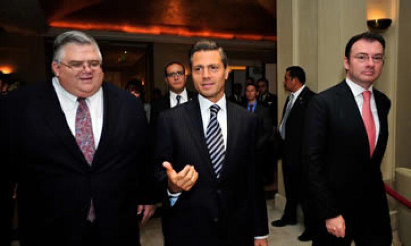 El presidente Enrique Peña Nieto y Agustín Carstens encabezaron la conferencia internacional por los 20 años de autonomía de Banxico. (Foto: Notimex)