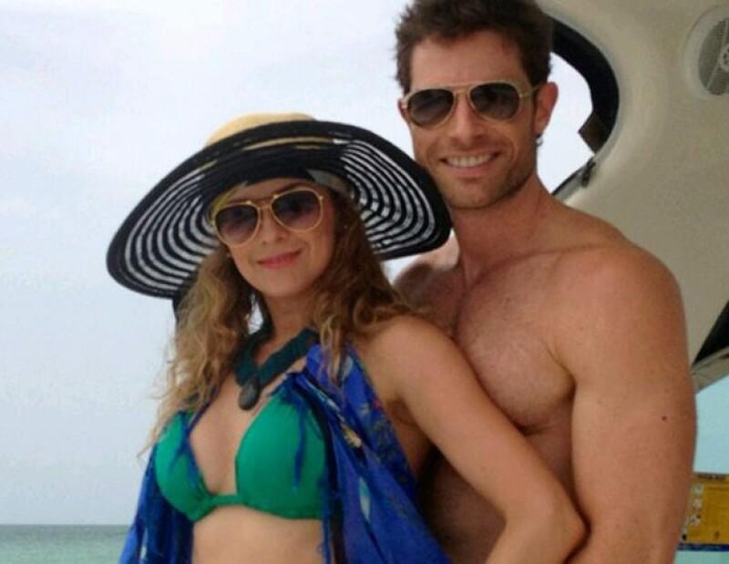 La pareja decidió tomarse  unos días para disfrutar del paraíso caribeño. Prueba de ellos, estas fotografías que subió el actor a su Twitter.