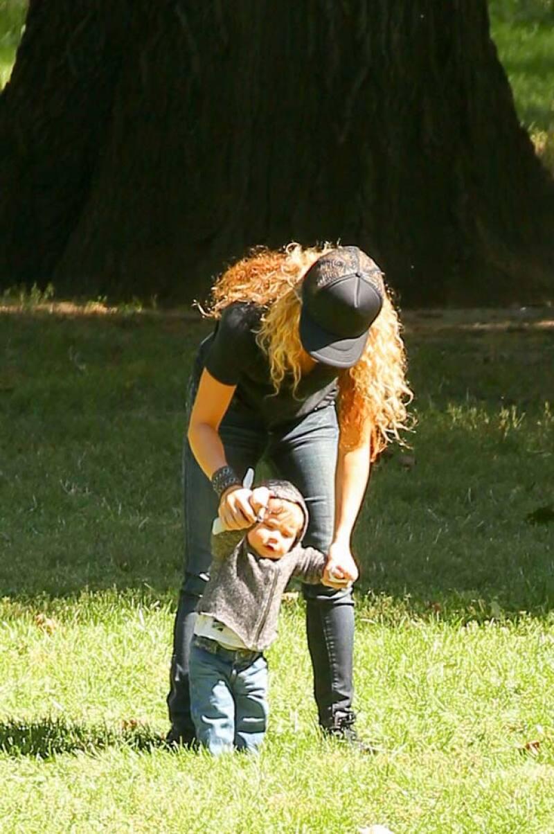 Una vez desocupada, Shakira incitó a Sasha a que diera unos pasos.