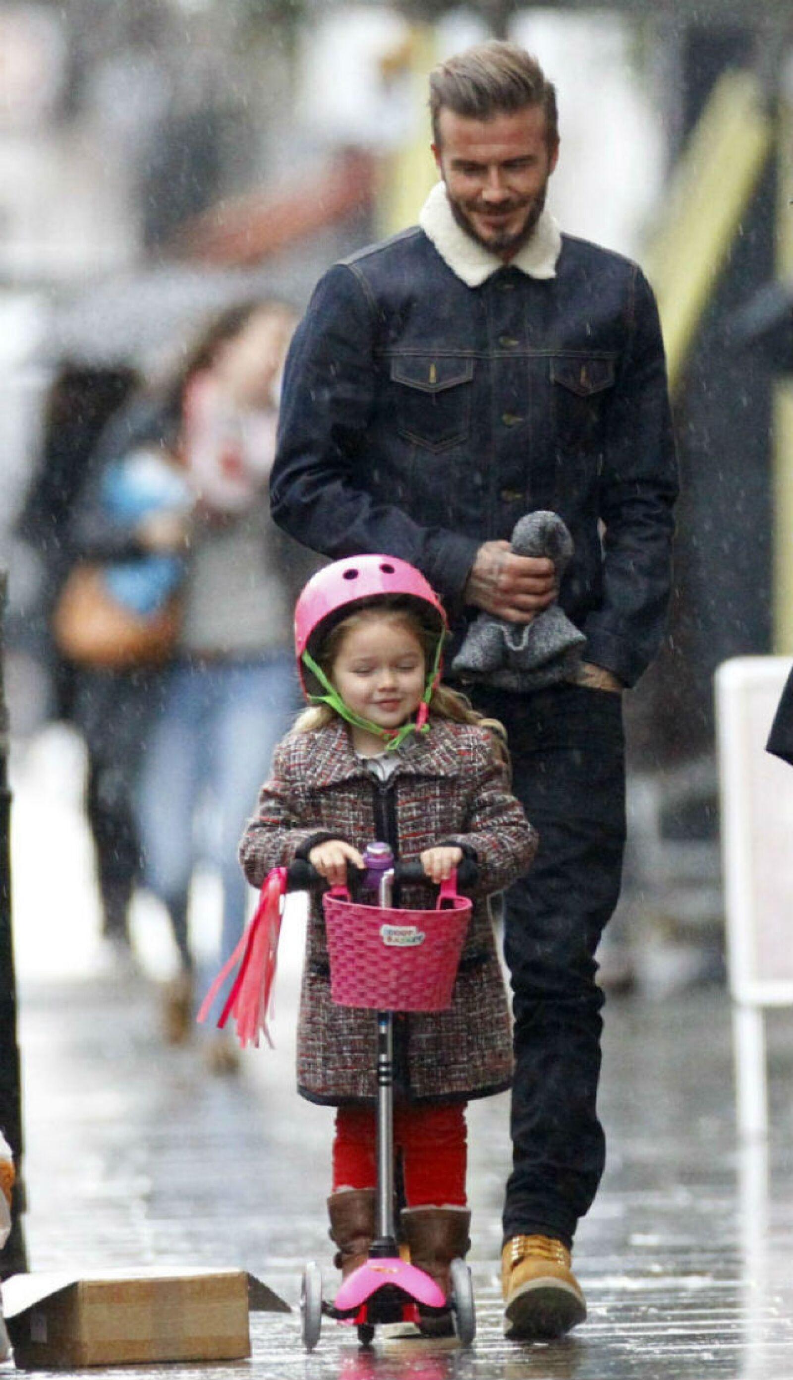 Imposible no derretirse de amor con la foto de David Beckham mirando con ternura a Harper durante su paseo por las calles de Londres.