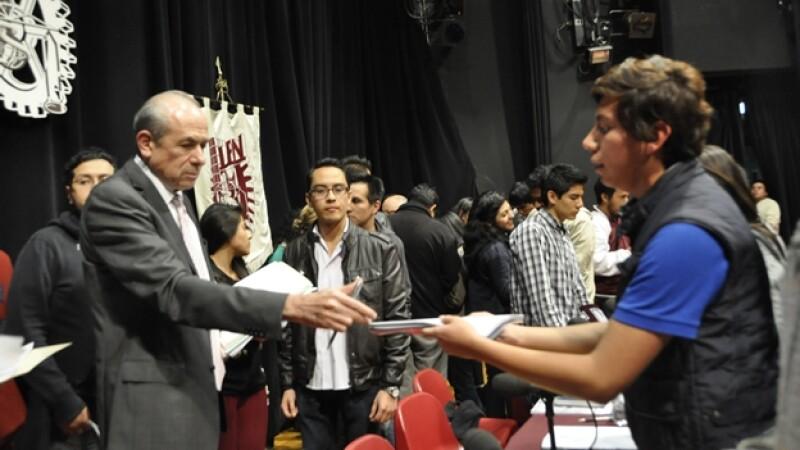 El director del IPN Enrique Fernández Fassnacht (izquierda) recibe los acuerdos a los que se llegó con estudiantes para reanudar clases