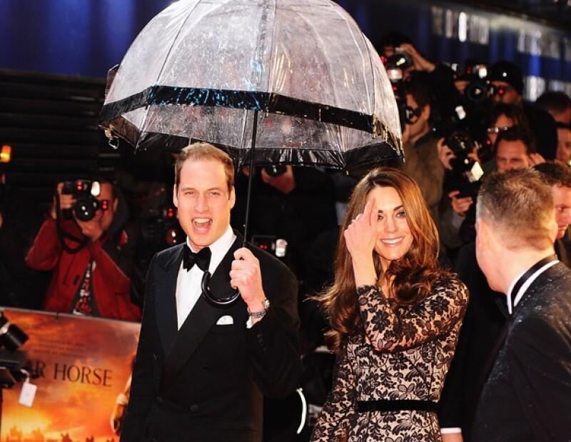 Guillermo protegió de la lluvia a su querida esposa.