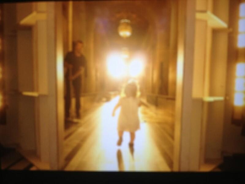 Harper dio sus pasos por el catwalk.