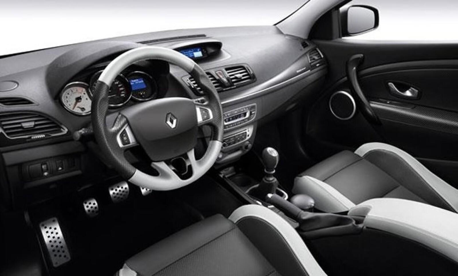 Tiene un sistema de sonido Bose R-Plug&Radio con bluetooth, manos libres y reproducción de Audio-Streaming, USB, mandos en el volante, y el nuevo GPS Tom Tom.
