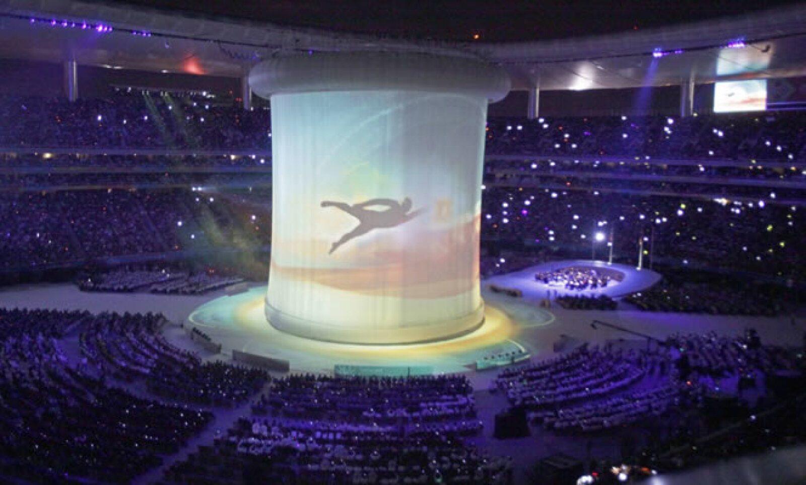 De lo alto del estadio bajó una pantalla gigante donde se reflejaban los deportes que tendrá esta justa. Además se mostró el recorrido del fuego panamericano desde el encendido en Teotihuacán hasta la entrada a Jalisco.