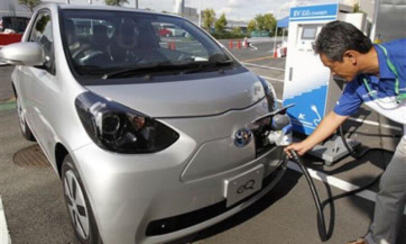 Toyota había anunciado sus planes de vender miles de vehículos eléctricos por año cuando presentó el eQ.  (Foto: AP)