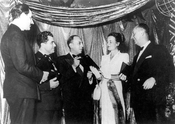 """Foto: Ferragamo, Salvatore Ferragamo (segundo de izquierda a derecha) recibe el premio Meiman Marcus """"Oscar de la moda"""" en 1947 junto con Christian Dior (extrema derecha)"""
