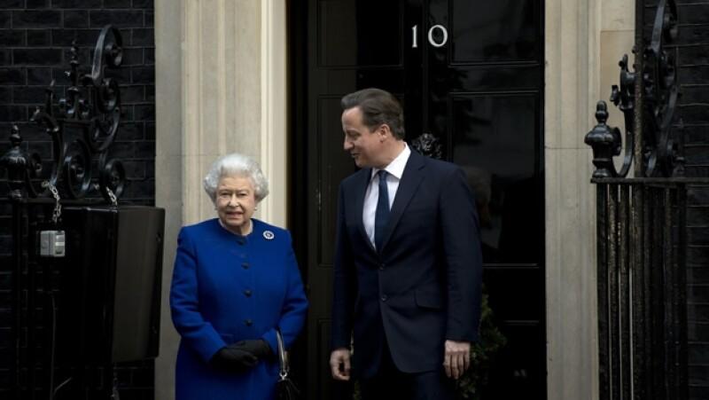 Reina Isabel II visita gabinete de ministros David Cameron