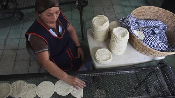 Una mujer produce tortillas