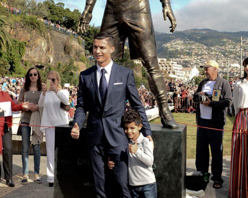 El futbolista develó una estatua en su honor pero el tamaño que le pusieron a su miembro viril fue lo que causó sensación.
