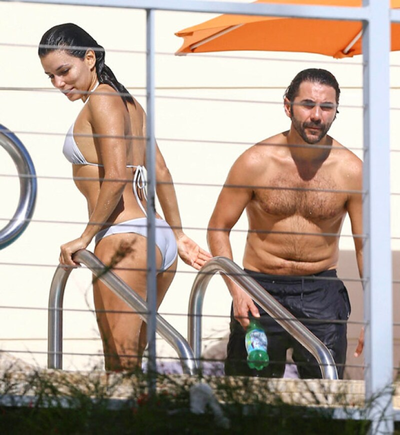 La actriz y el directivo de Televisa se dejan ver en traje de baño y pasan un día descansando en la playa.