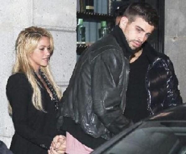 La pareja fue captada tomada de la mano por una agencia paparazzi saliendo de un restaurante en Barcelona.