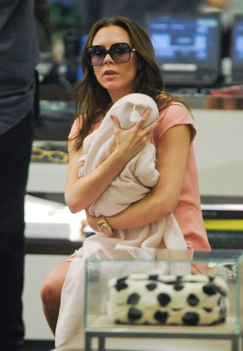 La prensa captó a la ex Spice Girl en una prestigiada tienda del barrio de Soho, en Nueva York. Victoria nunca se separó de Harper Seven.