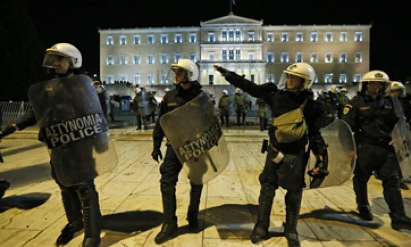 La policía protegió la sede del Parlamento heleno de las protestas. (Foto: AP)