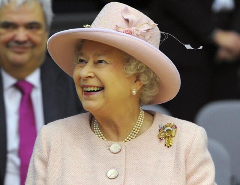 Durante su visita a la en la municipalidad de Manchester, en el norte de Inglaterra, la Reina apareció sorpresivamente en una fiesta privada.