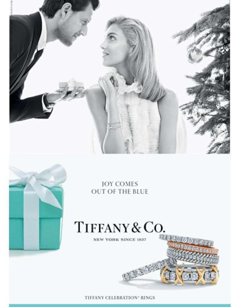 Para esta ocasión, la casa de la icónica cajita azul se basa en relaciones reales para presentar una campaña de Navidad.