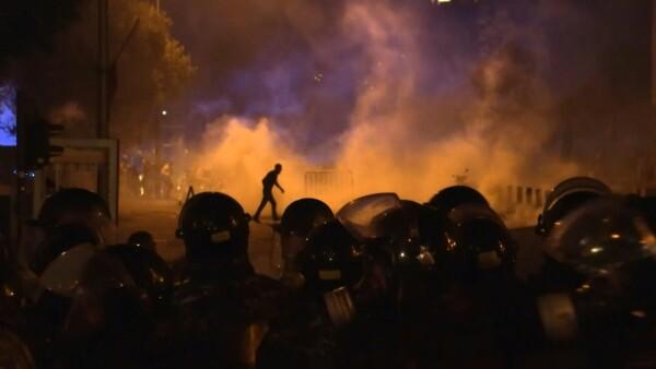 Manifestantes a enfrentan a policías en Beirut acusando negligencia en explosión