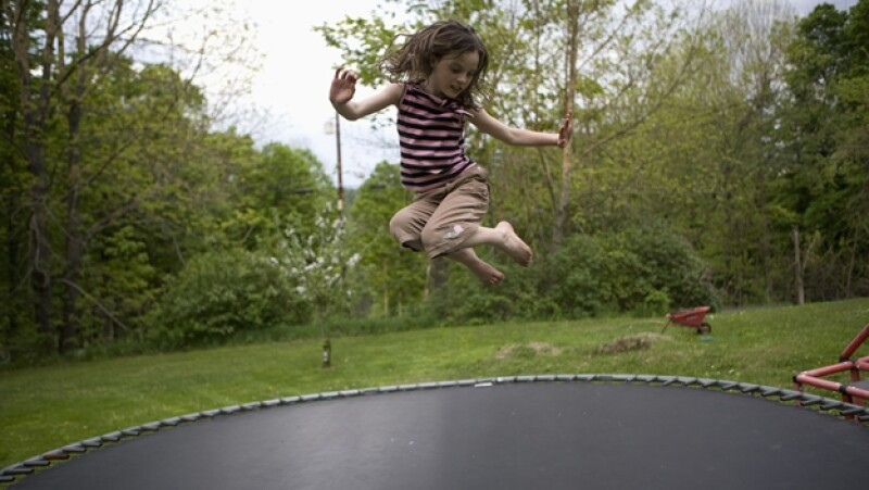 trampolin salto saltar niños riesgo accidente caida