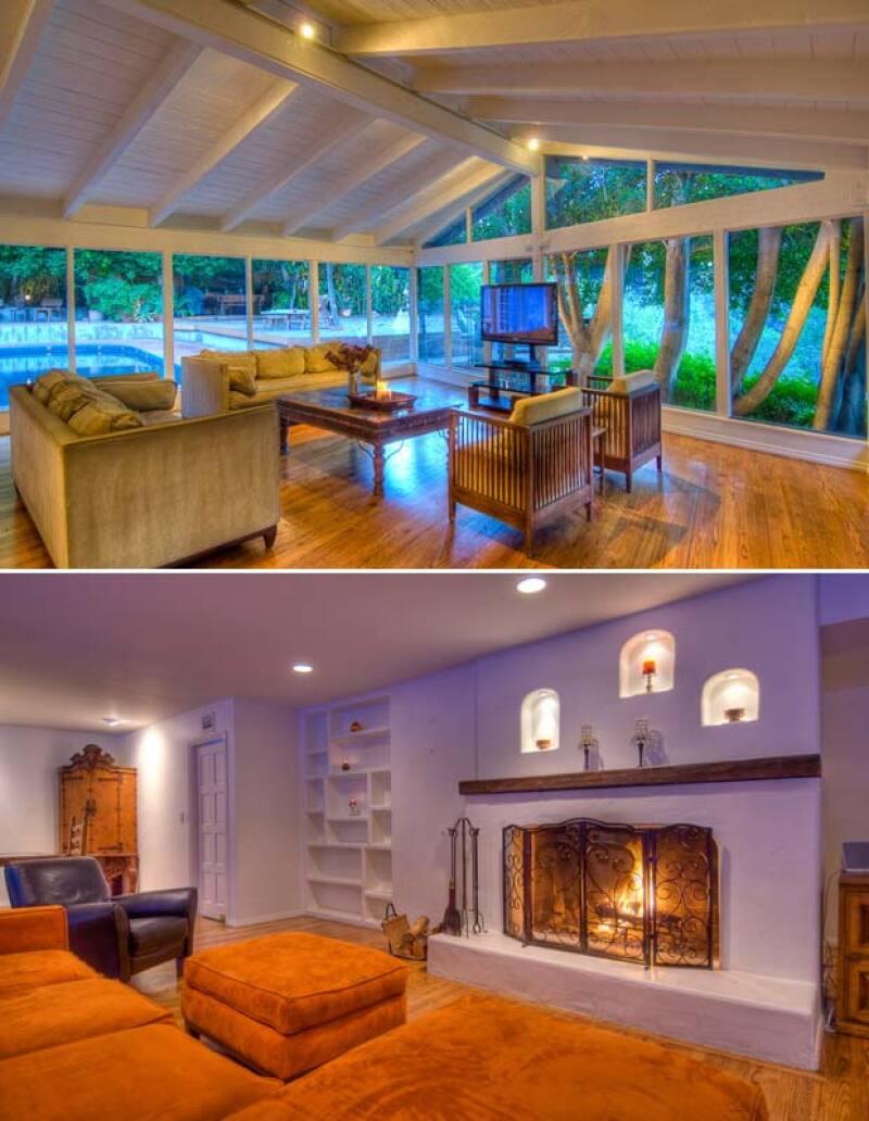 También tiene cuarto de televisión con salida a la piscina y una sala con chimenea.