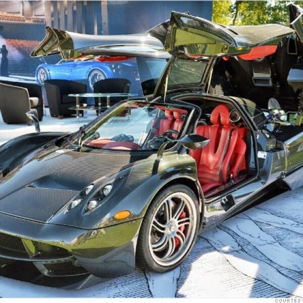 Impulsado por un motor V12 twin turbo de 720 caballos de fuerza fabricado por la división AMG de Mercedes, el Huayra se vende por más de 1 millón de dólares. Su  carrocería está compuesta casi enteramente de fibra de carbono.