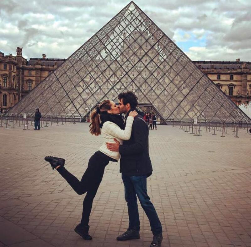 Y la pareja ha viajado por distintas partes del mundo y han estado en los lugares más románticos como París.