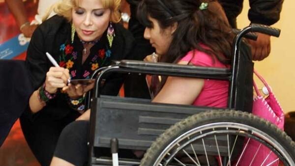La cantante regia firmó cerca de mil autógrafos a sus fans que desde un día antes habían acampado a las afueras de una tienda departamental ubicada en el Centro Comercial Plaza Universidad.