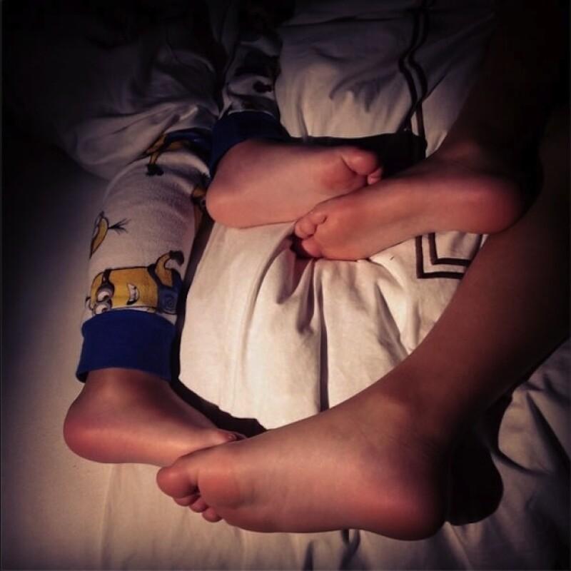 Una foto de los pies de sus pequeños mientras duermen.