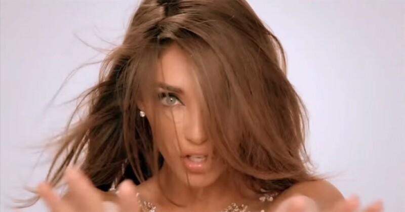 La cantante nuevamente aparece para derrochar sexytud en el video de su segundo sencillo.