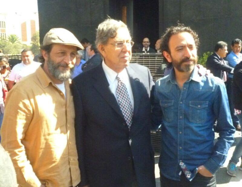 Daniel Giménez Cacho, Cuauhtémoc Cárdenas y Fernando Rivera Calderón en la entrega de firmas en busca de una consulta ciudadana en torno a la reforma energética.
