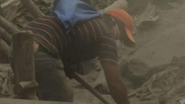 Familias buscan a sus seres queridos en la zona de desastre del Volcán de Fuego