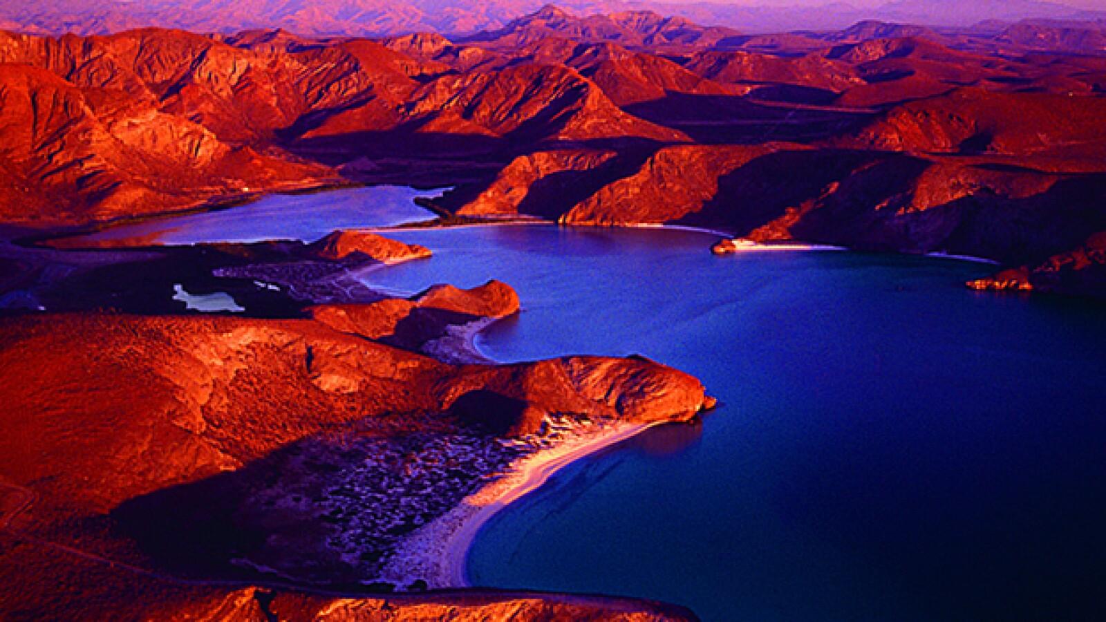 La puesta de sol en la Bahía de Balandra, Baja California Sur combina el brillo de los rayos en las montañas con las sombras de la noche.
