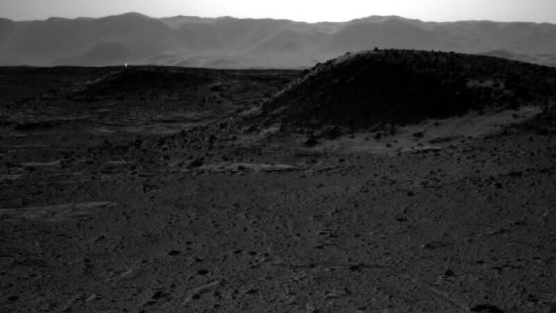Esta fotografía muestra el paisaje de Marte con una luz resplandeciente que destaca a cierta distancia