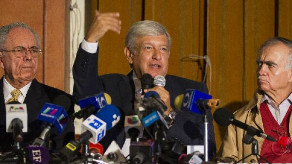 Andr�s Manuel L�pez Obrador con Javier Jim�nez Espri� y Alfonso Romo