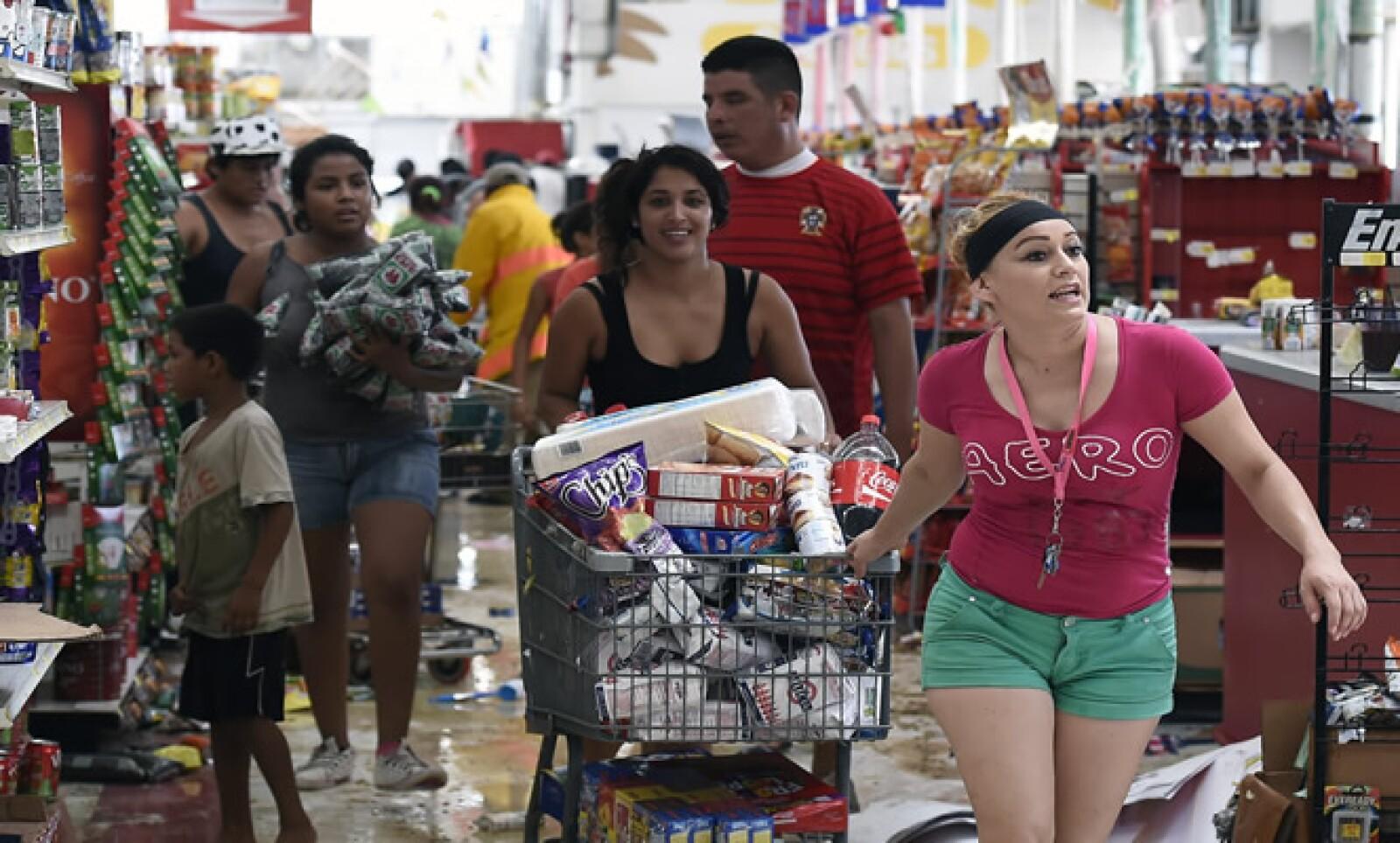 Medios indican que algunos pobladores se han metido a las viviendas afectadas por el huracán.