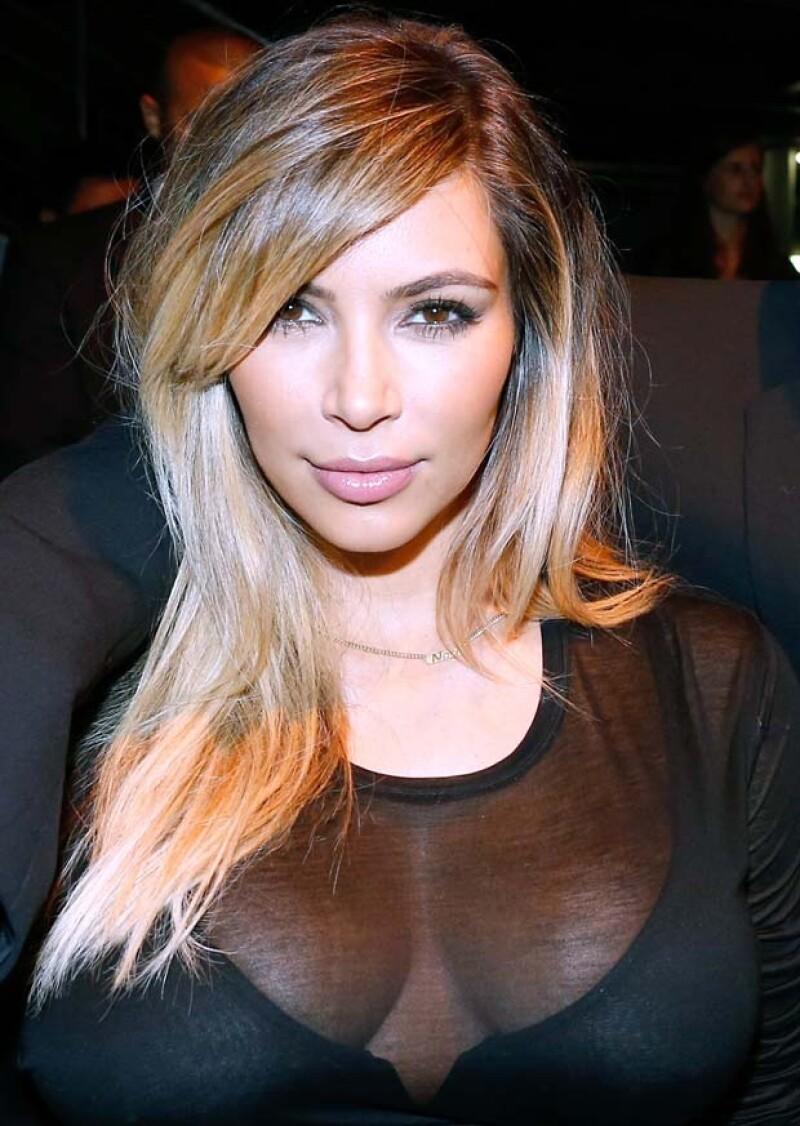 """La estrella de televisión dejó ver su collar personalizado en París, el cual dice """"Nori"""", apodo de la bebé que tuvo con Kanye West."""