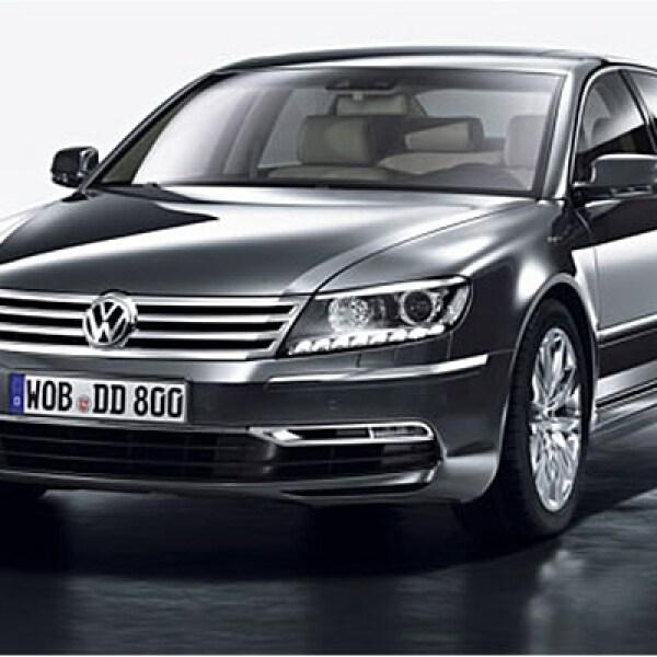 El sedán insignia de Volkswagen finalmente recibe una actualización; los cambios exteriores incluyen un frente con elementos tomados de la nueva generación del Golf como la parrilla formada por líneas horizontales a lo ancho y faros bixenon con tecnología