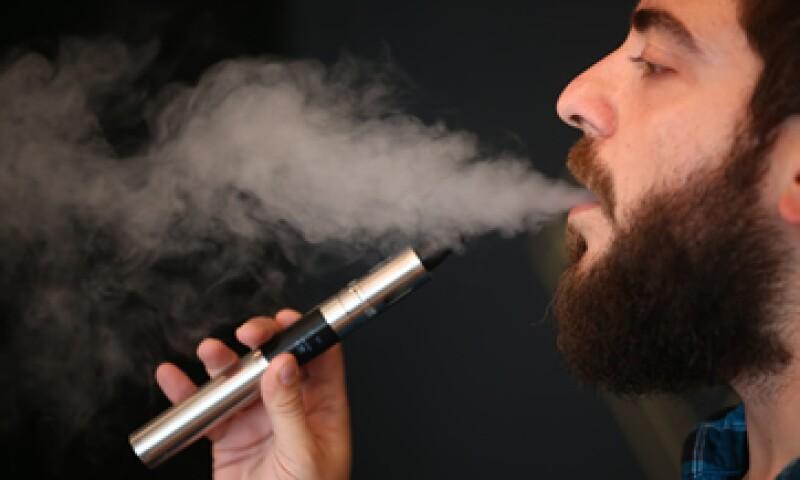 Los cigarrillos electrónicos son finos tubos de metal reutilizables que contienen líquidos con nicotina y sabores exóticos. (Foto: Getty Images)