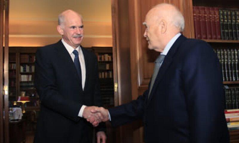 El premier George Papandreou (i) se reunió a puerta cerrada con el presidente Karolos Papoulias (d) para discutir la formación de un Gobierno de coalición. (Foto: Reuters)