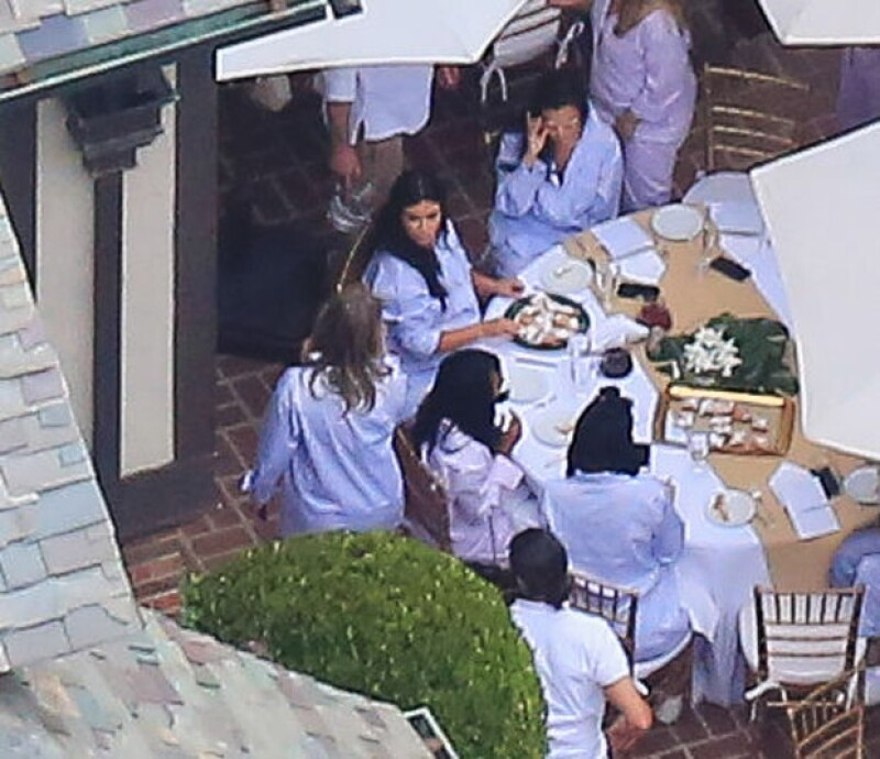 Las invitadas disfrutaron de un brunch en el patio de la casa de Beverly Hills de una amiga de Kim.
