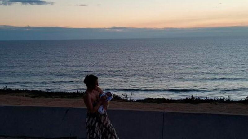 A pocos días del nacimiento de su primer hijo junto a Gerardo Casanova, Silvia compartió la primera fotografía del bebé, en ella se les ve frente al mar.
