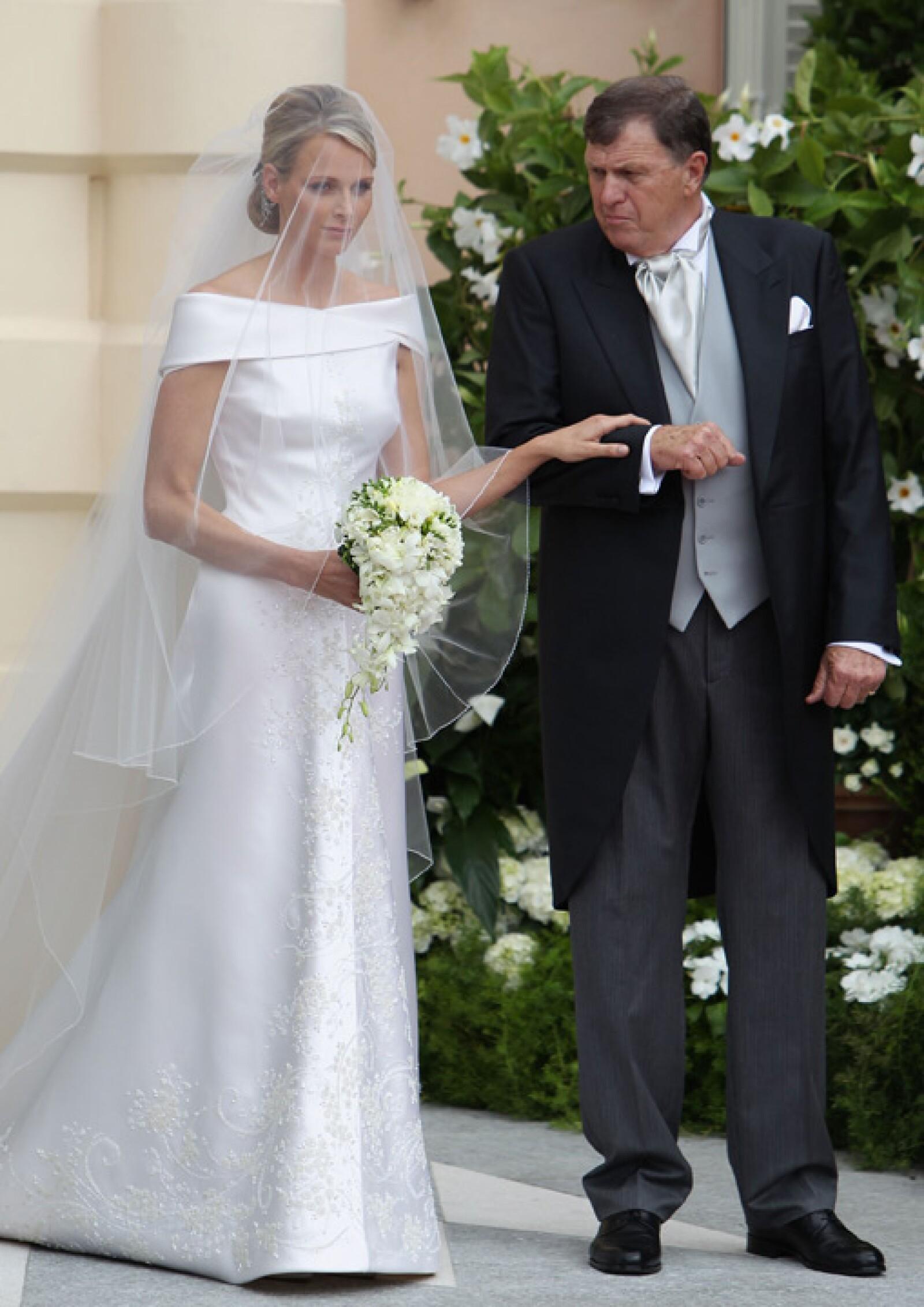 Charlene y su papá, Michael Kenneth Wittstock. El vestido, creación de Armani, tiene 40 mil cristales de Swarovski.