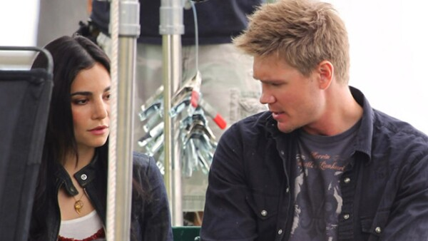Martha Higareda y Chad Michael Murray en el set de la película Lies in Plain Sight.