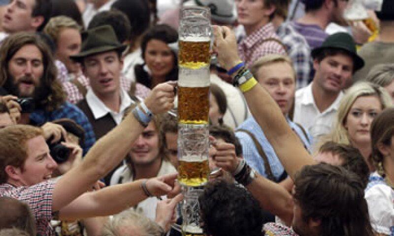 En la edición de 2011, los visitantes consumieron casi ocho millones de jarras de un litro. (Foto: AP)