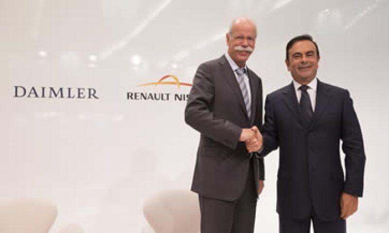 El CEO de Daimler, Dieter Zetsche, y el de Nissan, Carlos Ghosn acordaron establecer una asociación por partes iguales en México. (Foto: Cortesía Nissan )