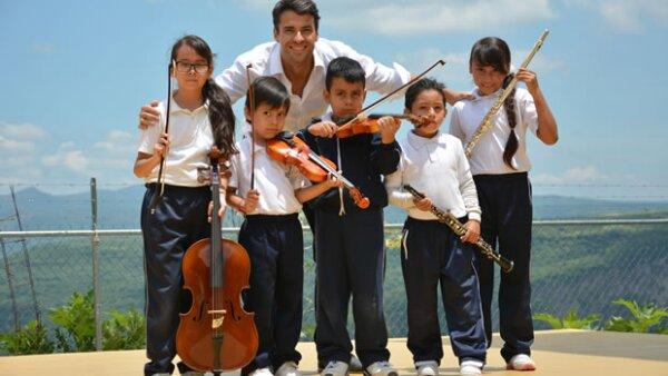 Con tan sólo 30 años, no es sólo un reconocido pianista y profesor de música mexicano, sino que su pasión por la misma lo ha inspirado a compartir a los niños la posibilidad de encontrarse con ella.