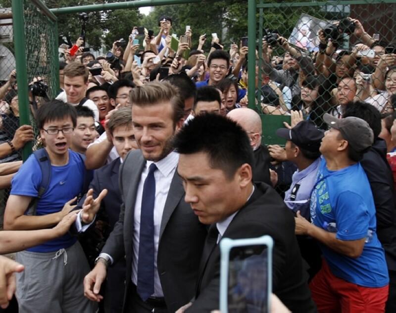 La visita del ex futbolista a Shanghái rebasó las expectativas de asistentes provocando fallas en la seguridad.