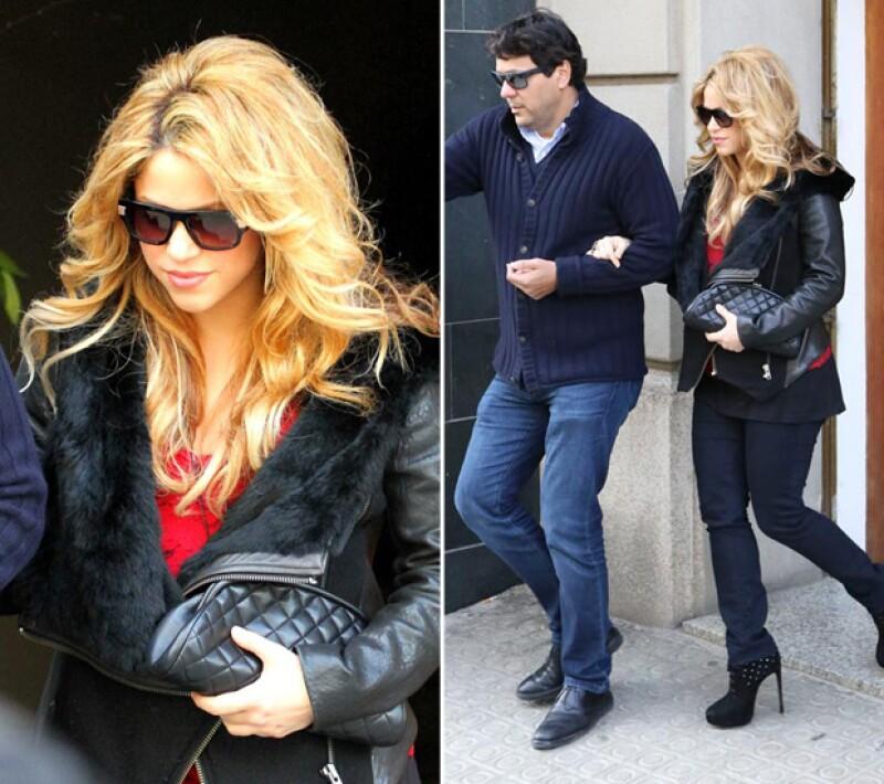 Con solo dos semanas de haber sido mamá, así salió Shakira a comer con su familia. Se veía muy guapa.