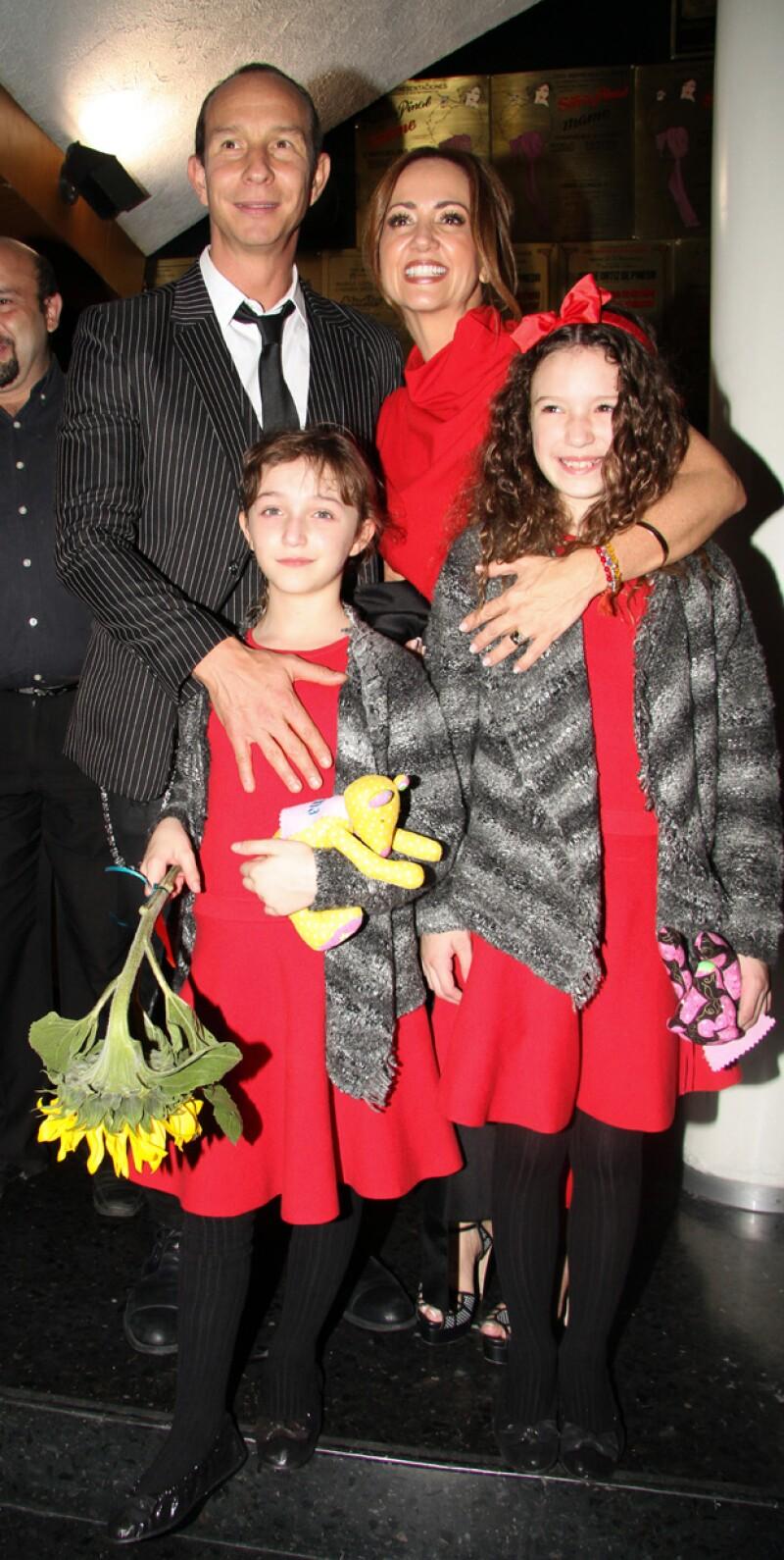 Happy family, Andrea, Erik, Mía y Nina durante el estreno de Annie.
